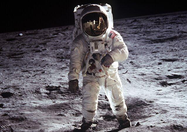 صورة تُظهر سير رائد فضاء أمريكي على القمر