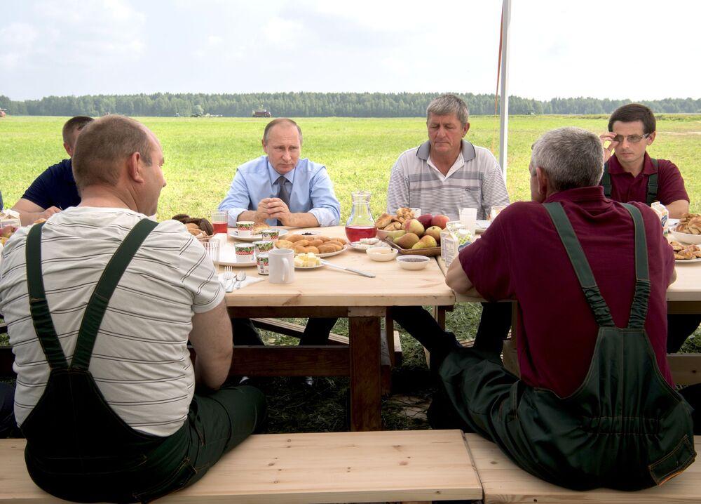 الرئيس الروسي فلاديمير بوتين خلال زيارته لمزرعة دميتروفا غورا في محافظة تفيرسكايا