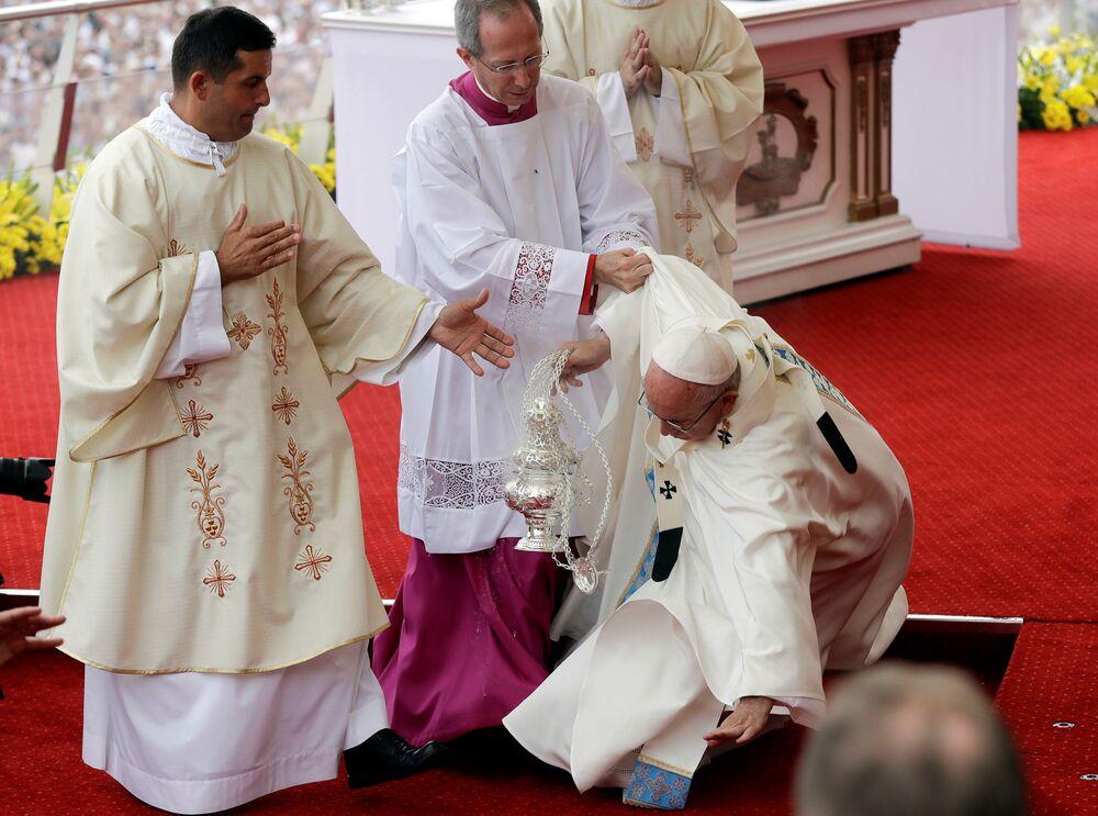 البابا فرانسيس يسقط خلال الخدمة بكنيسة جاسنا غورا في تشيستوخوفا، بولندا 28 يوليو/ تموز 2016