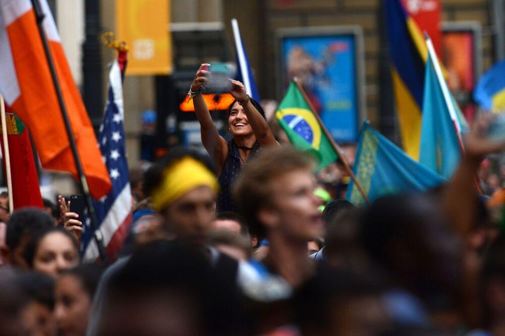 فتاة تأخذ صورة سيلفي لها على خلفية الاحتفالات باليوم العالمي للشباب في بولونيا، 26 يوليو/ تموز 2016