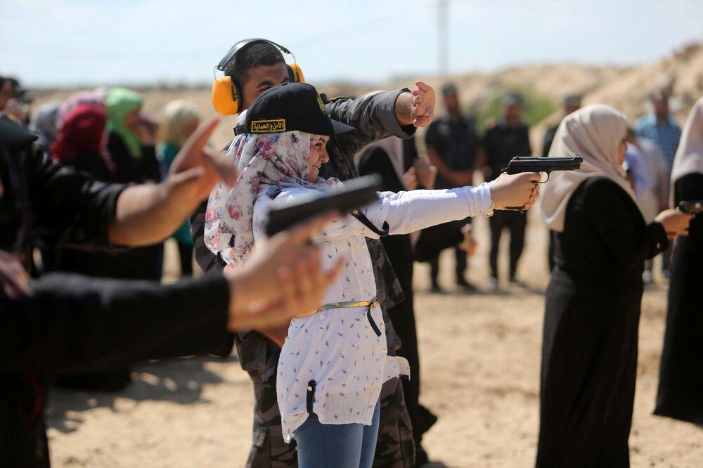 حركة حماس تطلق دورة تدريبية لعائلات المسؤولين في حماس لاستخدام السلاح، وذلك بغرض الحماية والدفاع عن النفس، مدينة خان يونس جنوب قطاع غزة، 24 يوليو/ تموز 2016