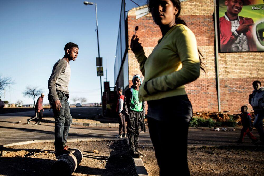 أطفال المنطقة السكنية سويتو بمدينة جوهانسبرغ جنوب أفريقيا، يغتنمون لحظة سلام ليلعبوا، 27 يوليو/ تموز 2016