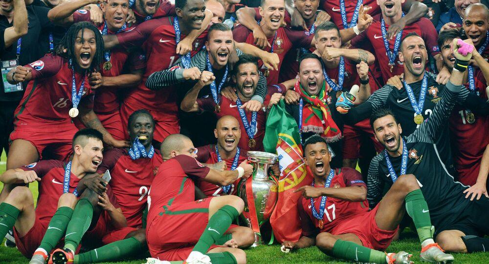 لاعبو فريق كرة القدم البرتغالي خلال مراسم الاحتفال بالفوز بلقب بطل أوروبا يورو 2016