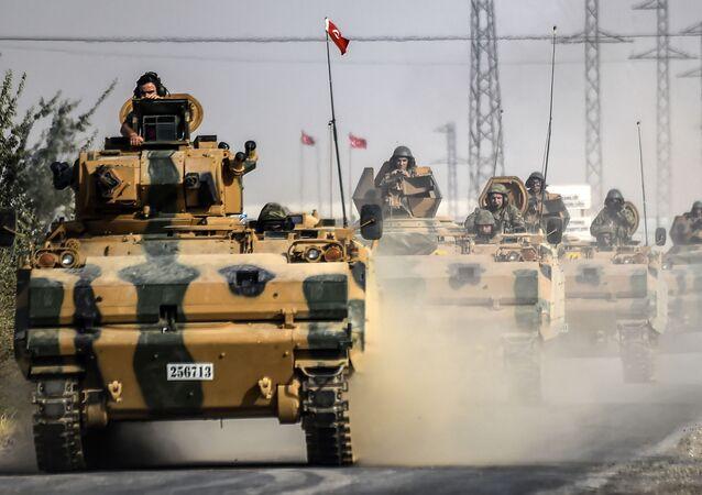 دبابات الجيش التركي على مشارف الحدود السورية التركية، وذلك قبيل الدخول ومحاربة الارهابيين في جرابلس السورية، 25 أغسطس/ آب 2016