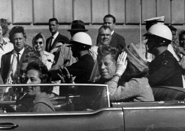 رئيس الولايات المتحدة الأمريكية جون كينيدي وزوجته جاكلين كينيدي قبل أن يقتل رصاصا الاغتيال، في دالاس، تكساس 22 نوفمبر/ تشرين الثاني 1963.