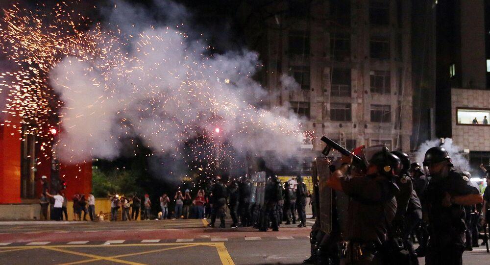 بعد عزل ديلما روسيف، بأي حال أصبحت البرازيل - رجال الشرطة البرازيلية يقذفون قنابل الغاز المسيل للدموع أثناء مظاهرات لمناصري ديلما روسيف في شوارع ريو دي جانيرو احتجاجاً على قرار البرلمان البرازيلي، وتعيين ميشال تامر رئيساً مؤقتاً للبلاد 29 أغسطس/ آب 2016