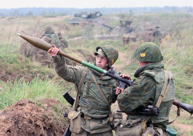 القوات الروسية تطلق صاروخ أر بي جي خلال التدريبات البحرية لأسطول بحر البلطيق