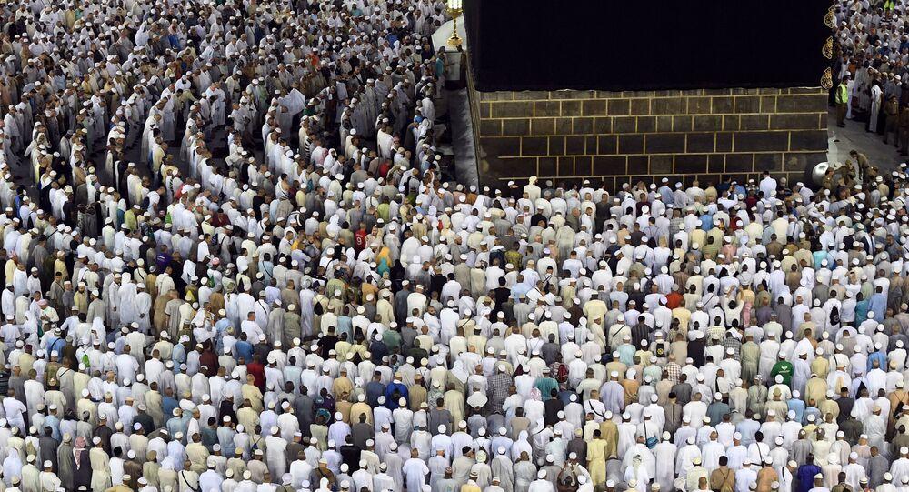 الحجاج خلال موسم الحج والطواف حول الكعبة في المسجد الحرام في مكة المكرمة