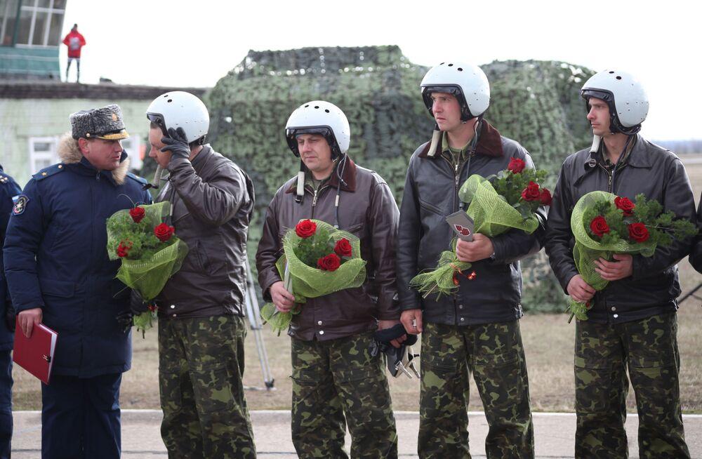 لحظة عودة المقاتلات الروسية من طراز سو-34 لروسيا من سوريا