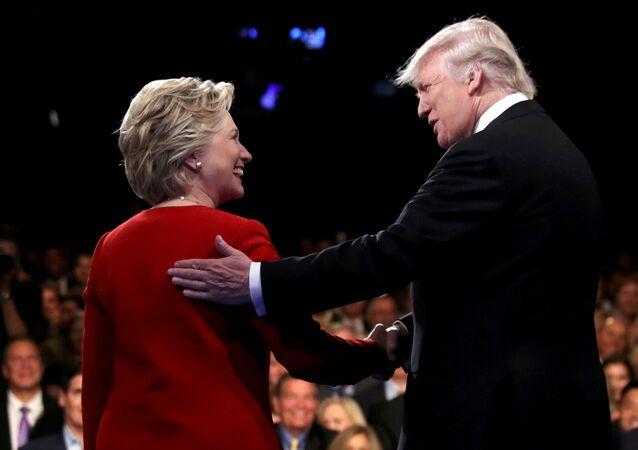 المرشحان للرئاسة الأمريكية، هيلاري كلينتون و دونالد ترامب، خلال المناظرة في نيويورك.