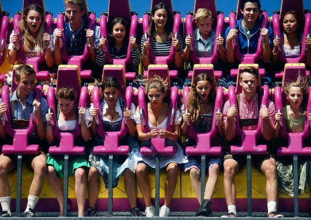 الزائرون والسياح في مدينة الملاهي في مدينة ميونخ. الملايين من محبي الييرة يأتون من جميع أنحاء العالم إلى بافاريا للمشاركة في مهرجان أكتوبر فيست (بأكتوبر/ تشرين أول) والذي سيستمر إلى 3 أكتوبر/ تشرين أول 2016