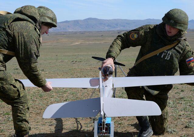 الجنود يعدون طائرة دون طيار للتحليق خلال مناورات قوات الدائرة العسكرية الشرقية في حقل الرمي دالنيي في منطقة بويناكوفسكي