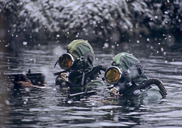أفراد القوات الخاصة الروسية التابعة لفرقة الغطاصين خلال مهمة عسكرية في بحر بارنتس.