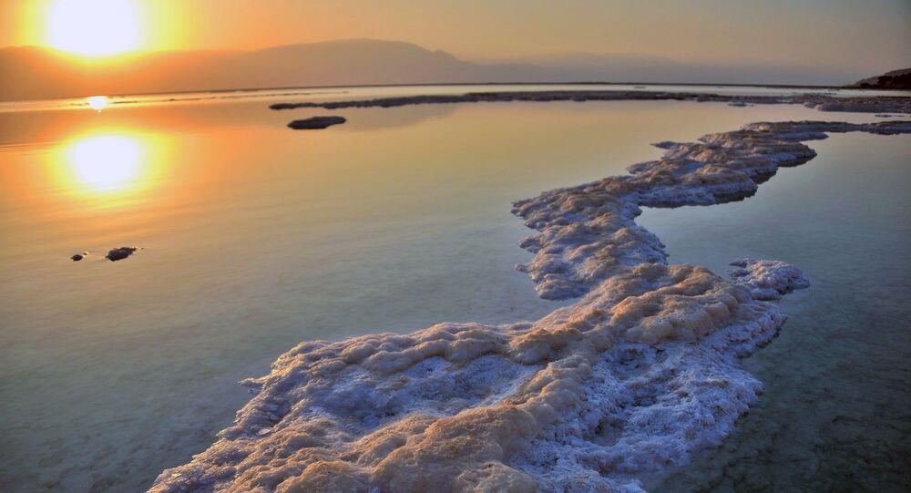 وقت غروب الشمس على ساحل البحر الميت