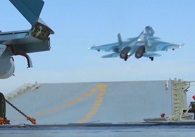 إقلاع مقاتلة سو - 33 من على متن حاملة الطائرات الأميرال كوزنيتسوف