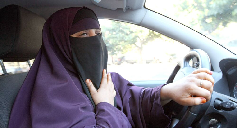 امرأة سعودية تقود سيارة