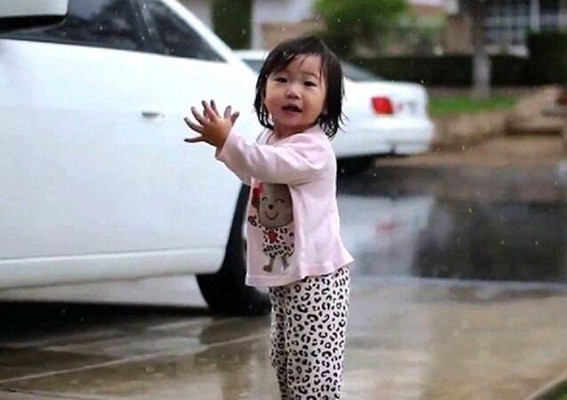 طفلة ترى لأول مرة المطر