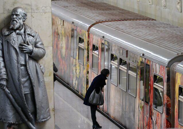 انطلاق قطار أكفاريل (ألوان مائية) بمترو أنفاق في موسكو