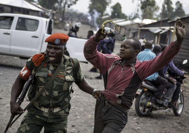 ضابط يلقي القبض على رجل حاول إغلاق الطريق بالحجارة، في حي ماجينغو في غوما، شرق جمهورية الكونغو الديمقراطية، في 19 ديسمبر/ كانون الأول عام 2016،