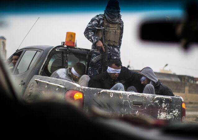 جنود من قوات الحشد الشعبي قبضت على أفراد تنظيم داعش الذين كانوا يختبئون في نفق بالموصل في العراق، 20 ديسمبر/ كانون الأول 2016