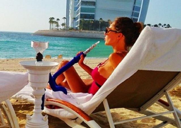 تدخين الشيشة على البحر
