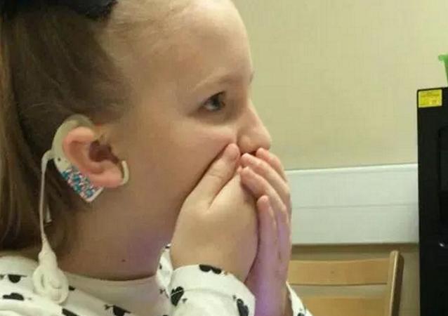 طفلة تسمع صوتها لأول مرة منذ 4 سنوات