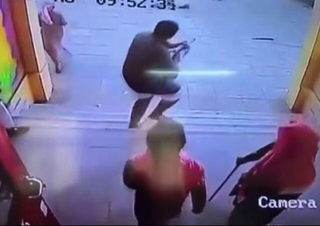 طالب يطلق الرصاص
