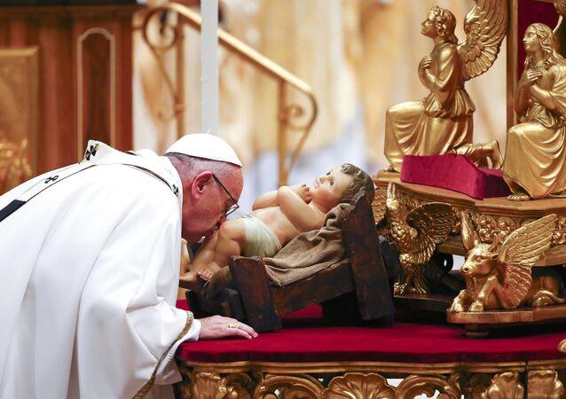 بابا الفاتيكان فرانسيس خلال حفل عيد الكريسماس في كتدرائية القديس بطرس، الفاتيكان 24 ديسمبر/ كانون الأول 2016