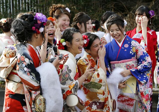 الفتيات اليابنيات ترتدي الزي التقليدي كيمونو في حديقة توشاماين بطوكيو، اليابان 9 يناير/ كانون الثاني 2017