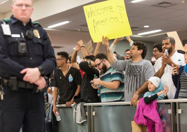 تظاهرات في مطارات أمريكية ضد قرار ترامب