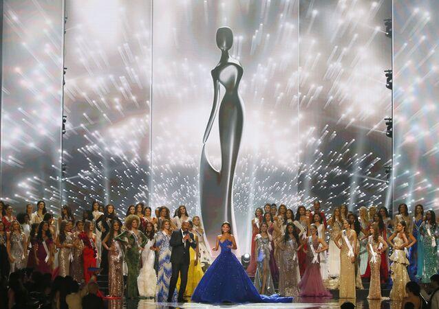 ملكة جمال الكون لعام 2016 بيا ورتزباخ تودع الحضور بعد انتهاء حفل المسابقة في مانيلا، الفلبين 29 يناير/ كانون الثاني 2017