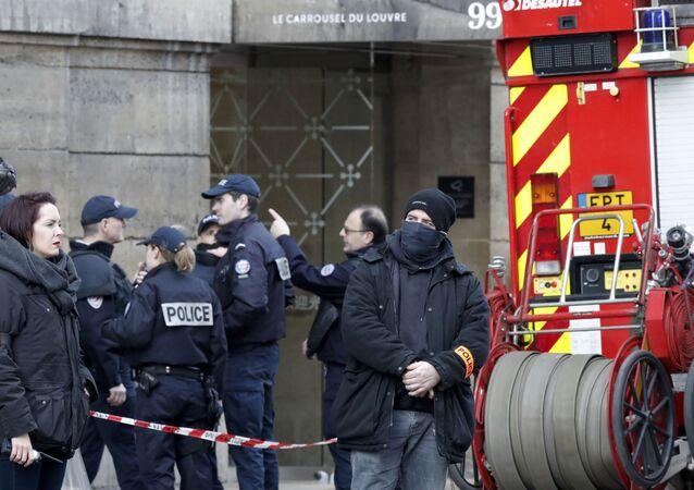 الهجوم على متحف اللوفر في باريس