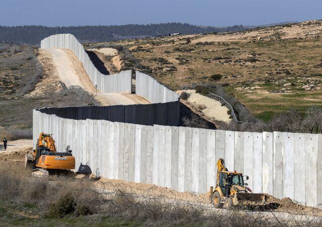 عمال يشيدون جزءاً جديداً من الجدار الفاصل بالقرب من كيبوتس لاهاف ليفصل إسرائيل عن الضفة الغربية، 7 فبراير/ شباط 2017