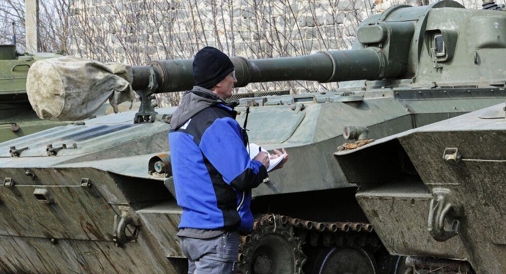 مراقب الأمن الأوروبي يتفقد عتاد الجيش الأوكراني