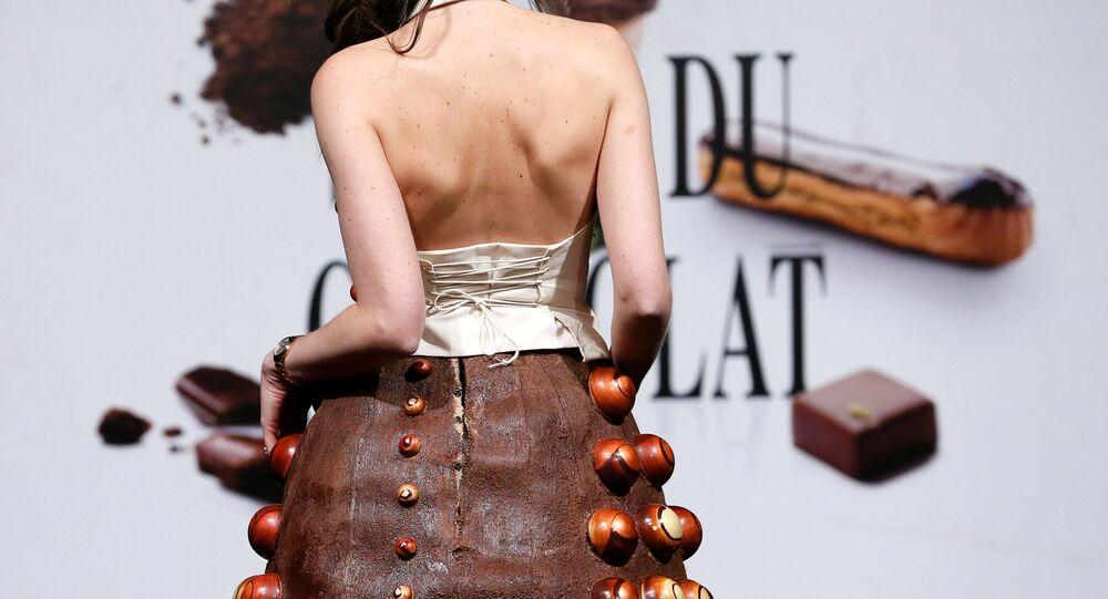 عارضات ترتدي أزياء ممصنوعة من الشوكولاته في معرض للشوكولاتة - لو صالون دو شوكولا (Le Salon du Chocolat - Chocoladesalon) في بروكسل، بلجيكا 9 فبراير/ شباط 2017.