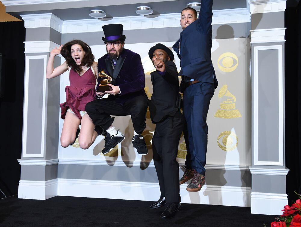 أعضاء الفرقة الموسيقية Secret Agent 23 Skidoo خلال الحفل الـ 59 لتوزيع جوائز غرامي الموسيقية في لوس أنجلوس، كاليفورنيا، الولايات المتحدة 12 فبراير/ شباط 2017