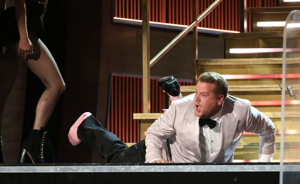 مقدم البرامج التلفزيوية المشهور جيمس كوردن (James Corden ) خلال الأداء في الحفل الـ 59 لتوزيع جوائز غرامي الموسيقية في لوس أنجلوس، كاليفورنيا، الولايات المتحدة 12 فبراير/ شباط 2017