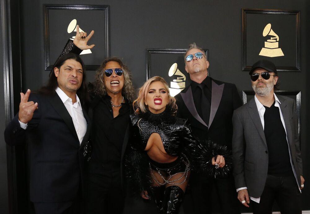 المغنية Lady Gaga وأعضاء الفرقة الموسيقية Metallica  خلال الحفل الـ 59 لتوزيع جوائز غرامي الموسيقية في لوس أنجلوس، كاليفورنيا، الولايات المتحدة 12 فبراير/ شباط 2017