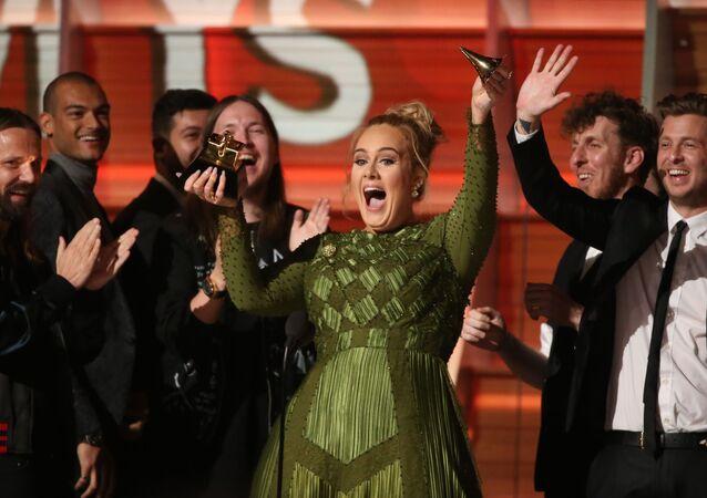 المغنية البريطانية أديل (Adele) تحقق رقماً قياسياً من عدد جوائز غرامي (Annual Grammy Awards) التي حصلت عليها أغنية Helloالحفل الـ 59 لتوزيع جوائز غرامي الموسيقية في لوس أنجلوس، كاليفورنيا، الولايات المتحدة 12 فبراير/ شباط 2017