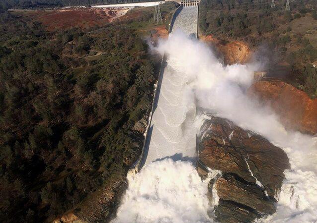 سد في ولاية كاليفورنيا مهدد بالانهيار