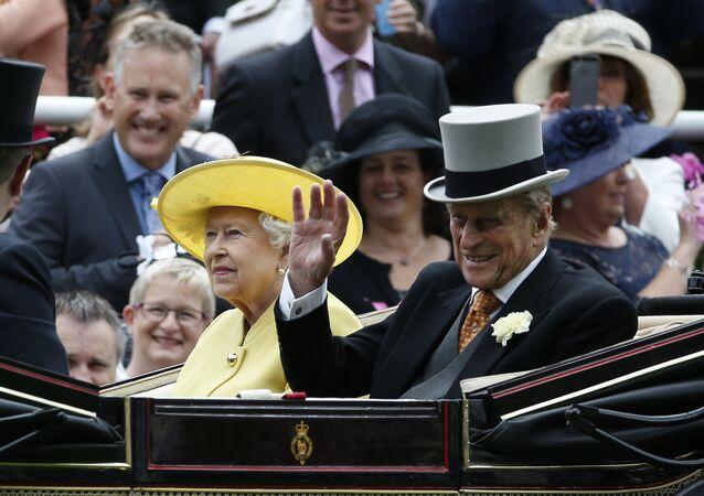 ملكة المملكة البريطانية إليزابيث الثانية برفقة زوجها الأمير فيليب