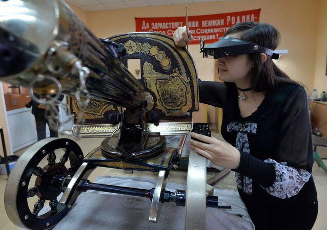 موظفة بمصنع زلاتوست للأسلحة تعمل على تصنيع مجموعة من الأسلحة-الهدايا لوزارة الدفاع الروسية في زلاتؤوست