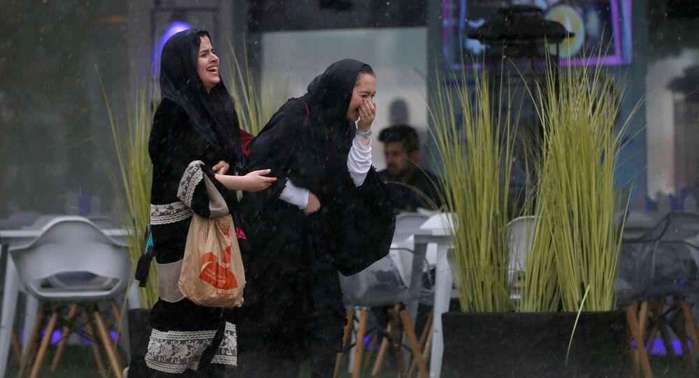 سعوديات خلال هطول الأمطار في العاصمة السعودية الرياض