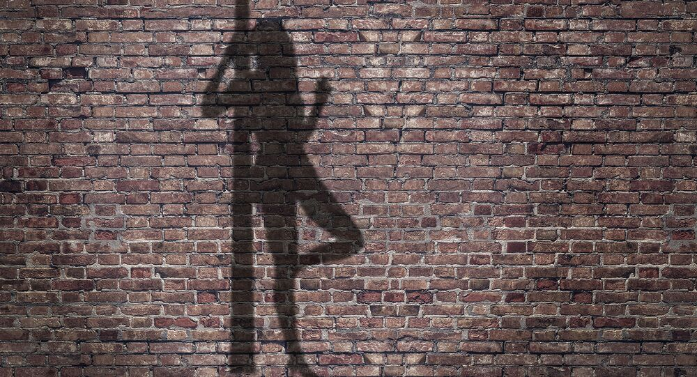 ظل لمومس على السور