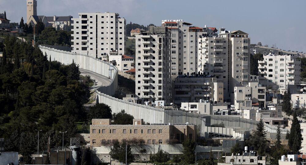 الجدار الفاصل بين الضفة الغربية (حيث الأراضي الفلسطينية) وإسرائيل