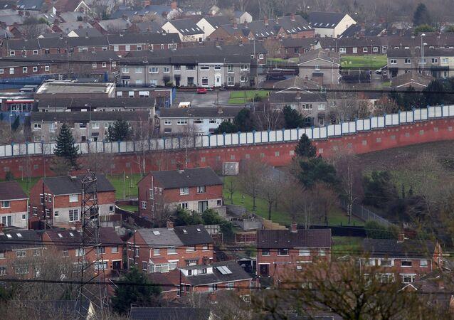جدار السلام الفاصل بين مجتمعين الكاثوليكي والبروتستانتي في بلفاست، إيرلندا الشمالية