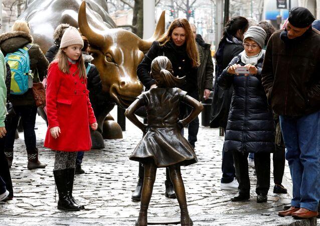 تمثال لفتاة عند ثور وول ستريت