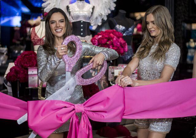 عارضة الأزياء البرازيلية أليساندرا أمبروسيو (يسار) خلال مراسم افتتاح متجر فيكتوريا سيكريت في شنغهاي، 8 مارس/ آذار 2017