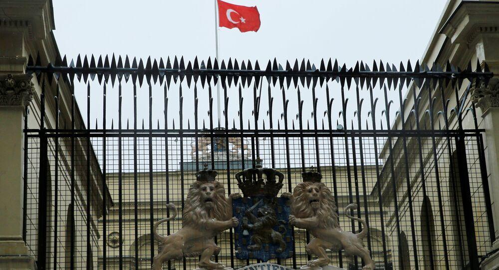رفع العلم التركي على السفارة الهولندية