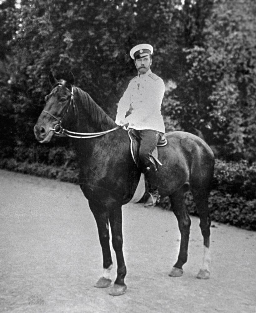 الامبراطور نيكولاي الثاني يمتطي حصانه